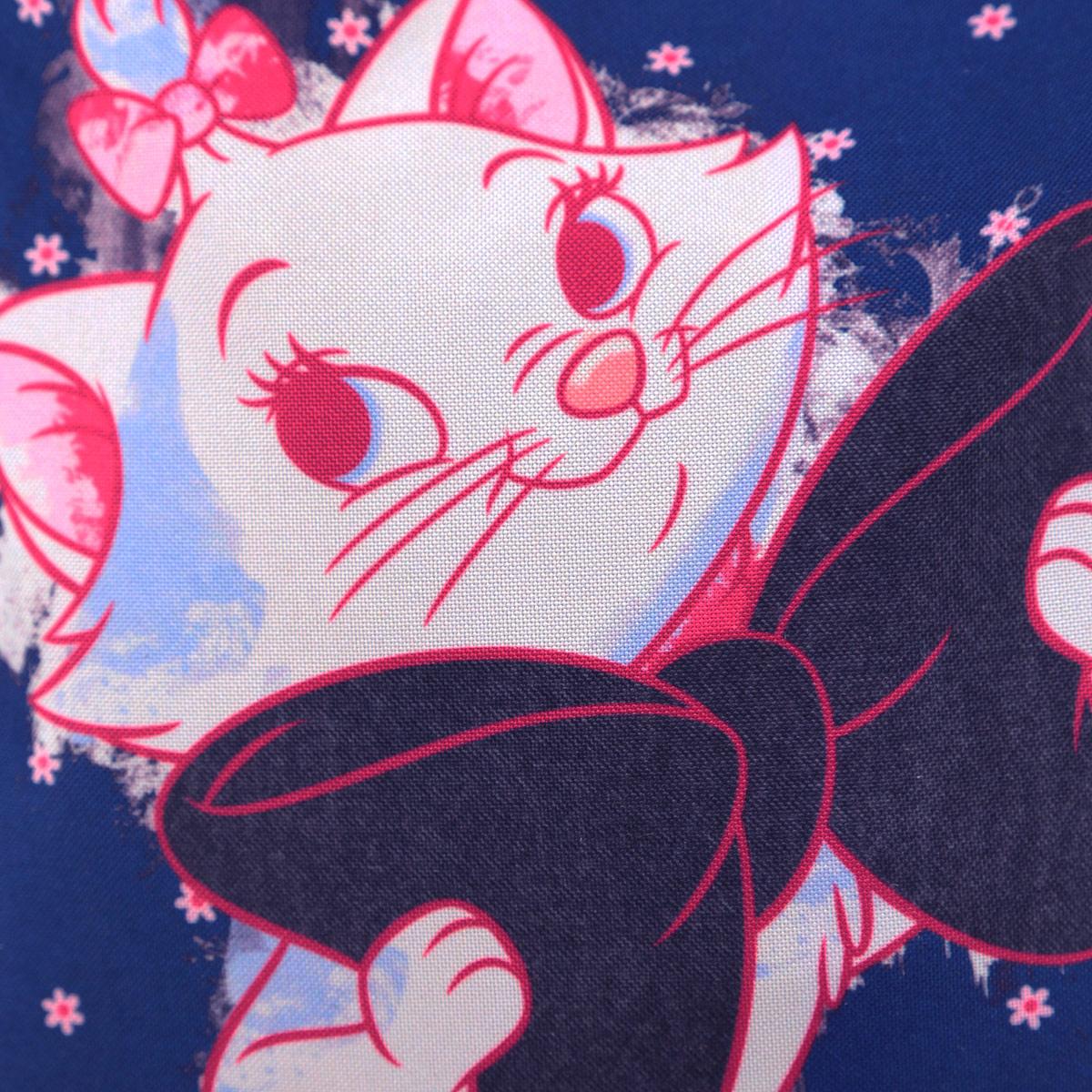 Детская сумочка Marie Cat - это модный аксессуар для юной поклонницы популярного мультфильма . Сумочка выполнена из прочного материала и оформлена с лицевой стороны изображением милой кошечки. Сумочка содержит компактное одно отделение и закрывается с помощью застежки-молнии. Сумочка оснащена регулируемым по длине ремнем для переноски, благодаря чему подойдет детям любого роста.  Порадуйте свою малышку таким замечательным подарком!