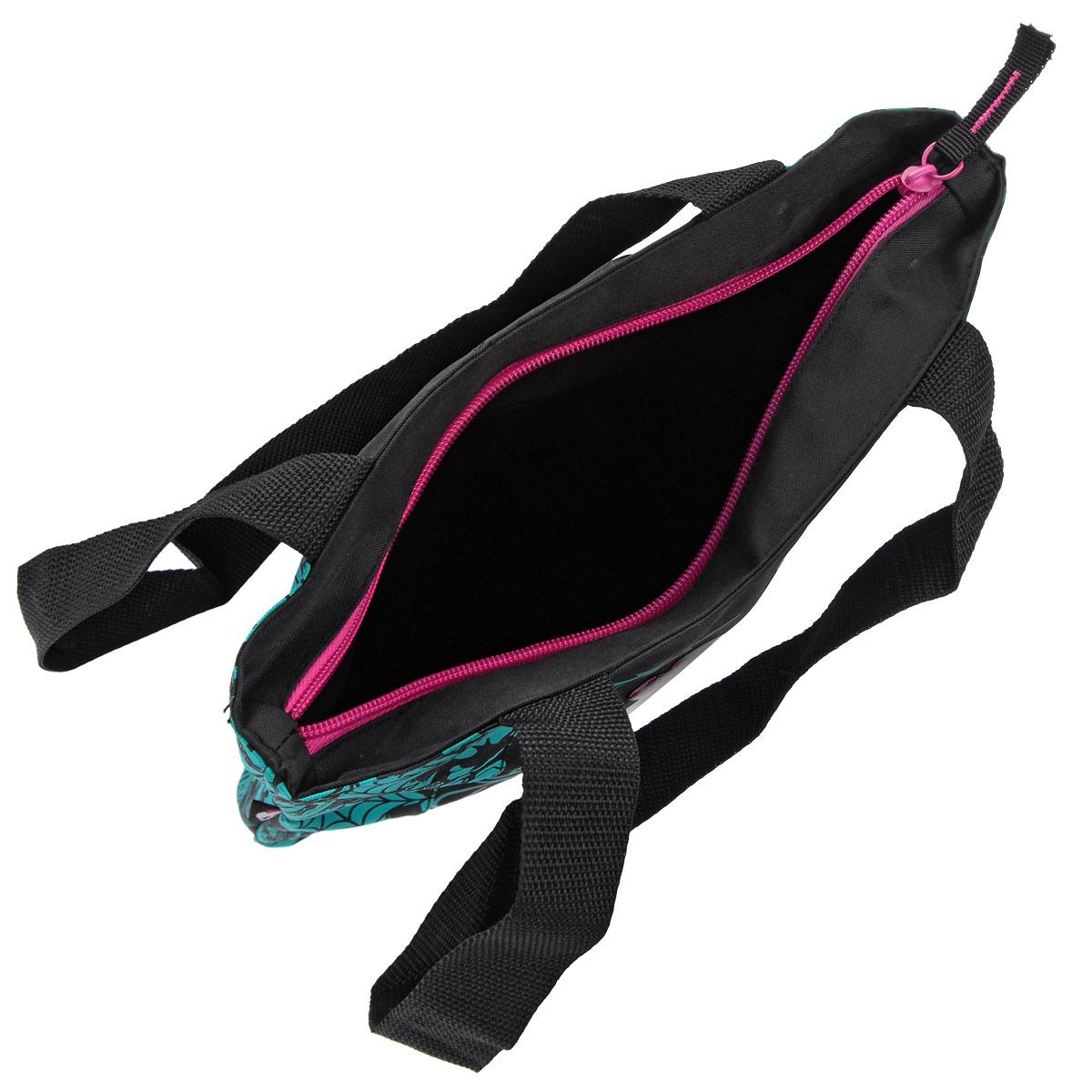 Эффектная детская сумка Monster High обязательно понравится вашему ребенку. Сумочка выполнена из легкого текстильного материала и украшена ярким принтом с изображением героев одноименного популярного мультсериала. Сумка имеет одно большое внутреннее отделение, которое застегивается на молнию. Внутри находится небольшой вшитый карман на молнии. Яркую сумку с длинными текстильными ручками можно носить как в руках, так и на плече.